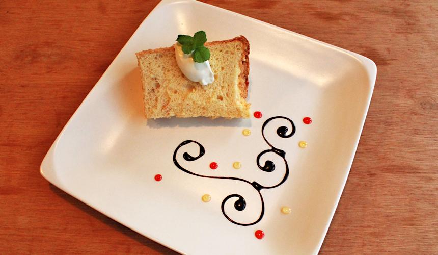 沼津港では色々な飲食店がございますが、各メディアに紹介されている、「桜えびのシフォンケーキ」は当店オリジナルのデザートです。 駿河湾でとれた桜えびを使用した、斬新なシフォンケーキは当店でしか味わうことができません。「沼津港らしいデザートメニュー」を考えたかった店長のアイデアで生まれたこのデザートメニューは全国各地から来られた観光客の方に楽しんでいただいております。 もちろん、桜えびのシフォンケーキ以外も数種類のデザートをご用意しておりますで、ぜひともお楽しみください。